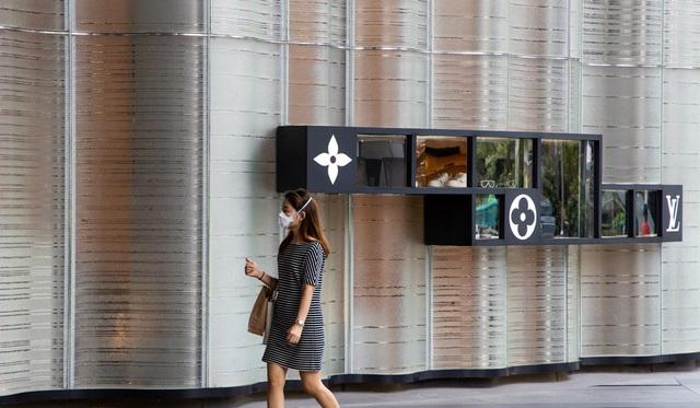 SCMP: Thay vì lùng sục Hermès, Gucci, Chanel, tín đồ hàng hiệu Trung Quốc săn nước rửa tay, giấy vệ sinh   - Ảnh 1.
