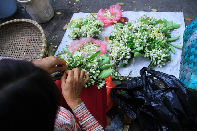 Kiếm bạc triệu nhờ bán hoa theo lạng trên phố Hà Nội - Ảnh 4.