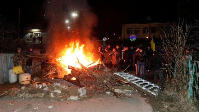 Sợ virus corona, người biểu tình Ukraine ném đá vào đoàn xe chở đồng hương sơ tán từ Trung Quốc - Ảnh 1.