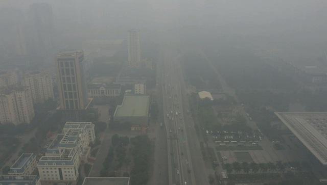 Nhiều tòa nhà mờ ảo nhìn từ flycam, chất lượng không khí ở Hà Nội suy giảm - Ảnh 1.