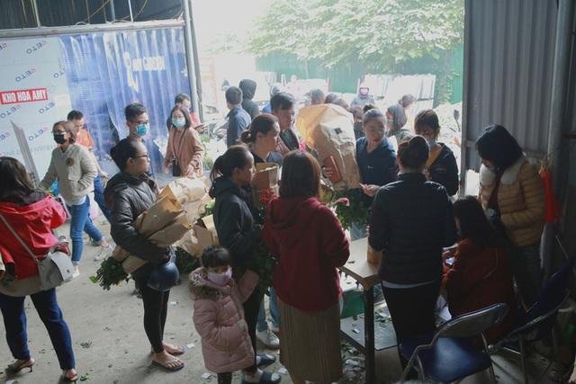 Xếp hàng từ 7h giờ sáng mua hoa hồng Đà Lạt 1.000 đồng/bông - Ảnh 1.