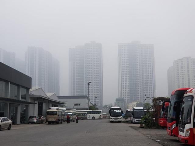 Nhiều tòa nhà mờ ảo nhìn từ flycam, chất lượng không khí ở Hà Nội suy giảm - Ảnh 11.
