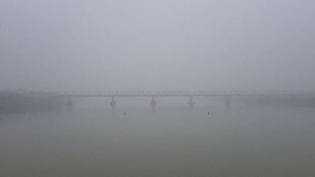 Nhiều tòa nhà mờ ảo nhìn từ flycam, chất lượng không khí ở Hà Nội suy giảm - Ảnh 12.