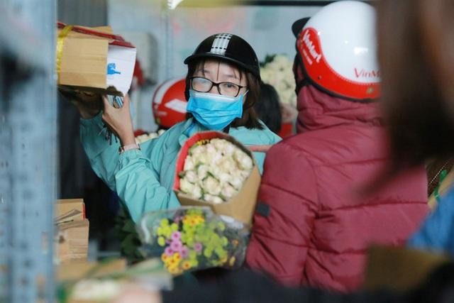 Xếp hàng từ 7h giờ sáng mua hoa hồng Đà Lạt 1.000 đồng/bông - Ảnh 3.