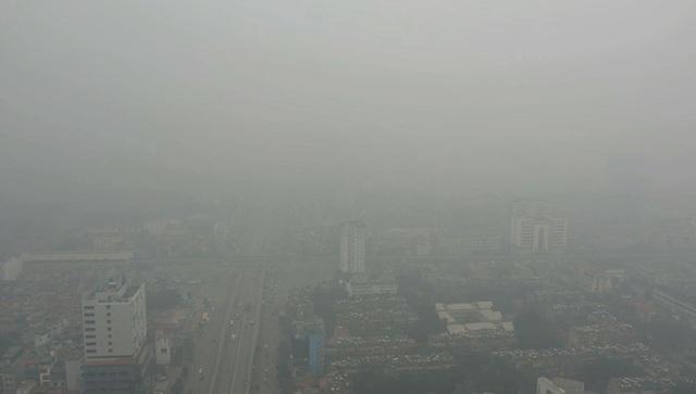 Nhiều tòa nhà mờ ảo nhìn từ flycam, chất lượng không khí ở Hà Nội suy giảm - Ảnh 4.