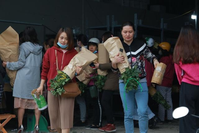 Xếp hàng từ 7h giờ sáng mua hoa hồng Đà Lạt 1.000 đồng/bông - Ảnh 6.