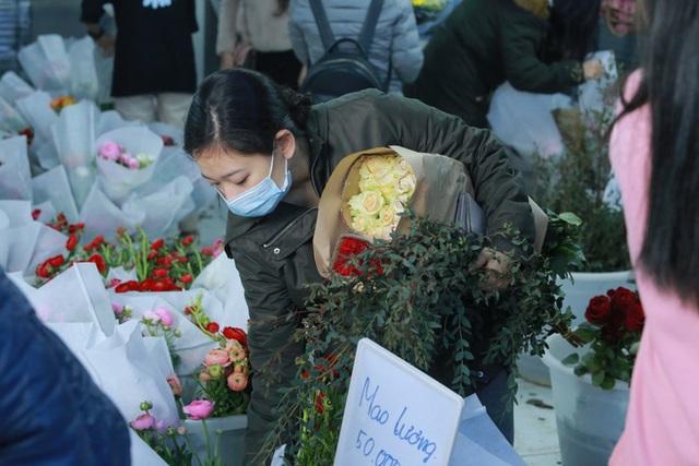 Xếp hàng từ 7h giờ sáng mua hoa hồng Đà Lạt 1.000 đồng/bông - Ảnh 7.