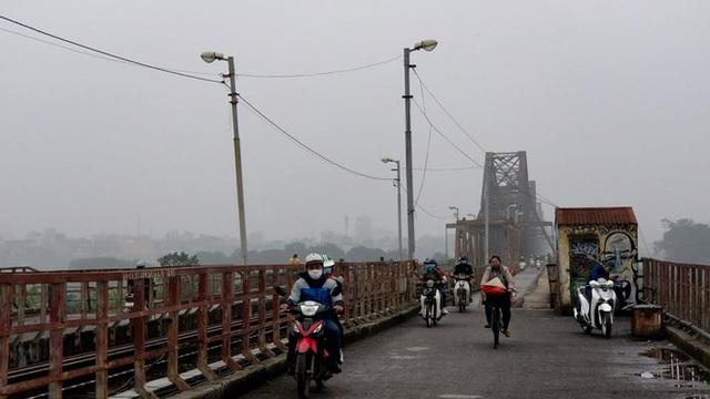 Nhiều tòa nhà mờ ảo nhìn từ flycam, chất lượng không khí ở Hà Nội suy giảm - Ảnh 9.