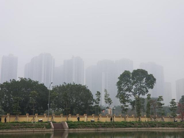 Nhiều tòa nhà mờ ảo nhìn từ flycam, chất lượng không khí ở Hà Nội suy giảm - Ảnh 10.
