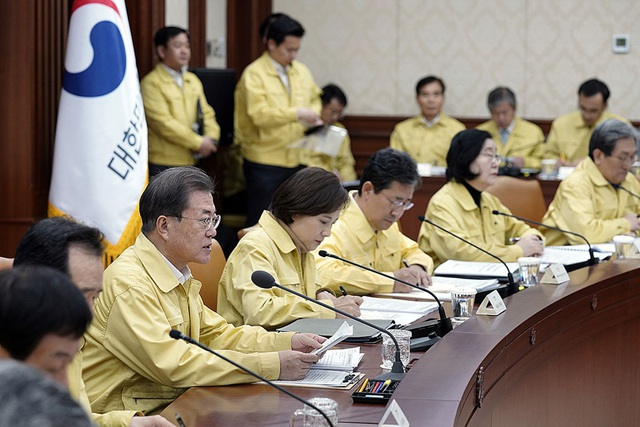 Hàn Quốc trở nên mong manh khi dịch Covid-19 bùng phát, chuẩn bị đối mặt với cú shock kinh tế mới - Ảnh 1.