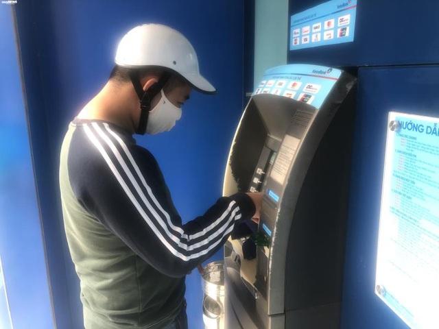 Hà Nội: ATM thờ ơ phòng dịch, khách lo nhiễm Covid-19 - Ảnh 8.