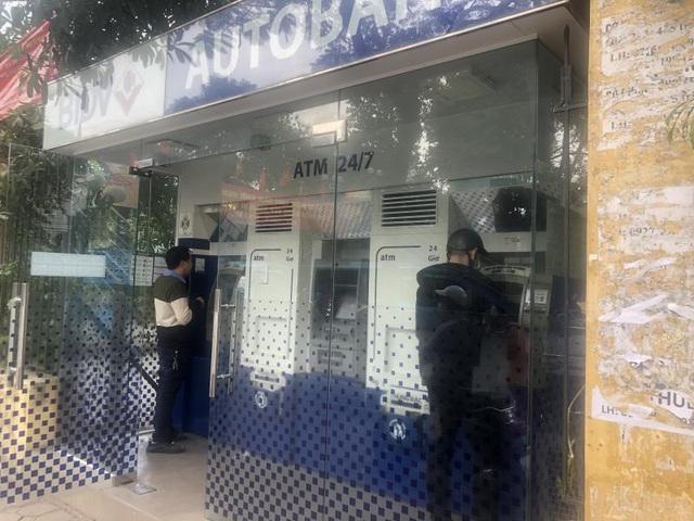 Hà Nội: ATM thờ ơ phòng dịch, khách lo nhiễm Covid-19 - Ảnh 3.