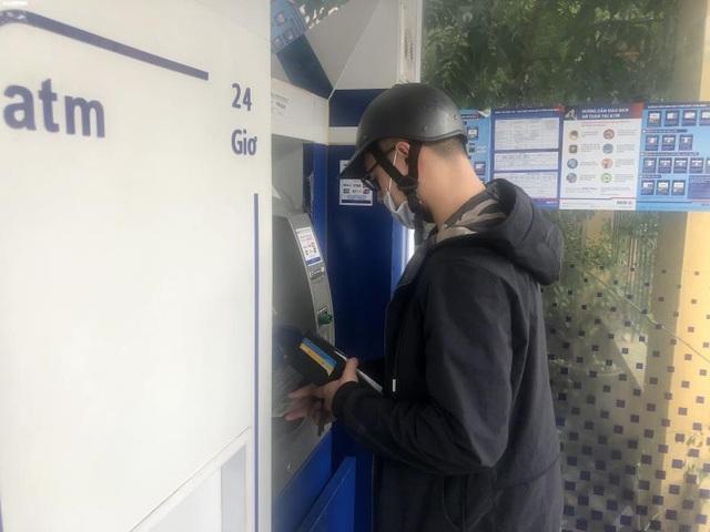 Hà Nội: ATM thờ ơ phòng dịch, khách lo nhiễm Covid-19 - Ảnh 9.