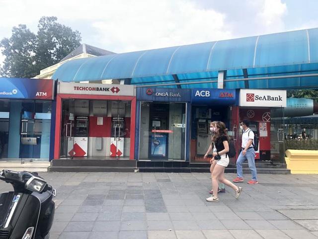 Hà Nội: ATM thờ ơ phòng dịch, khách lo nhiễm Covid-19 - Ảnh 2.