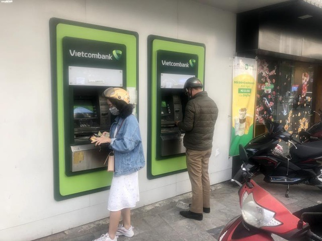 Hà Nội: ATM thờ ơ phòng dịch, khách lo nhiễm Covid-19 - Ảnh 1.