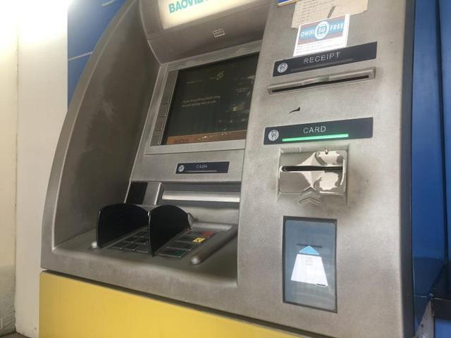 Hà Nội: ATM thờ ơ phòng dịch, khách lo nhiễm Covid-19 - Ảnh 4.