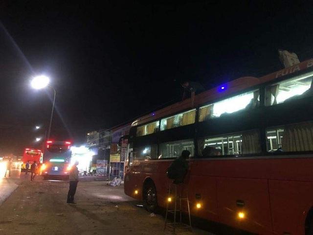 Xác định nhóm thanh niên ném đá khiến hàng loạt xe khách bị bể kính giữa khuya ở Đồng Nai - Ảnh 1.