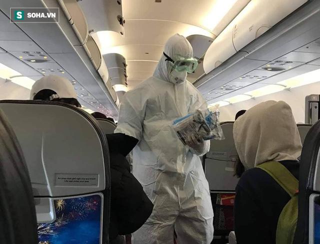 Cận cảnh quá trình cách ly 80 hành khách trên máy bay từ TP Daegu về Đà Nẵng - Ảnh 1.