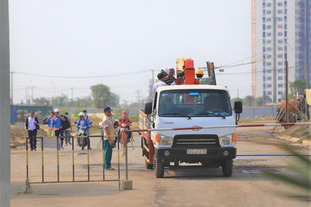 Xe chở máy móc, thiết bị, nguyên vật liệu ra vào công trường liên tục. Những hàng rào chắn được dựng lên ở nhiều cổng quanh công trường nhằm kiểm soát tốt hoạt động thi công.