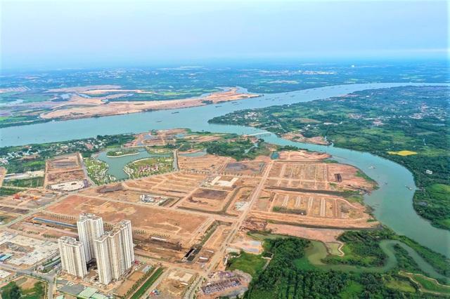 Vinhomes Grand Park được đánh giá có vị trí thuận lợi: nằm kế cận tuyến metro số 1 Bến Thành - Suối Tiên, đường vành đai 3 cùng các tuyến đường huyết mạch giúp kết nối đến các quận lân cận, sân bay Tân Sơn Nhất, sân bay Long Thành. Ngoài ra, với 2 mặt giáp sông, dự án có lợi thế không gian xanh tự nhiên.