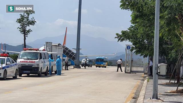 Cận cảnh quá trình cách ly 80 hành khách trên máy bay từ TP Daegu về Đà Nẵng - Ảnh 4.