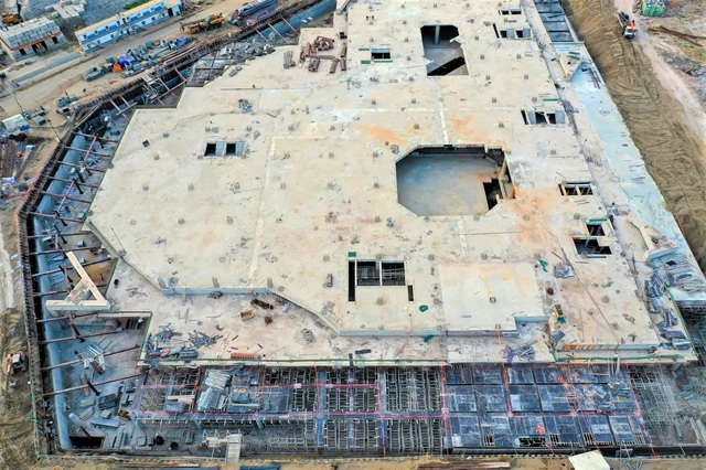 Tại công trường, ở một số phân khu, các công trình hạ tầng đã được hoàn thiện và đang thi công phần cọc móng.