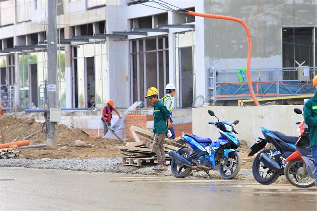 Công nhân làm việc hối hả trên công trường.Nhiều nhà thầu lớn thi công xây dựng dự án như Cotecons, Hòa Bình, Delta...
