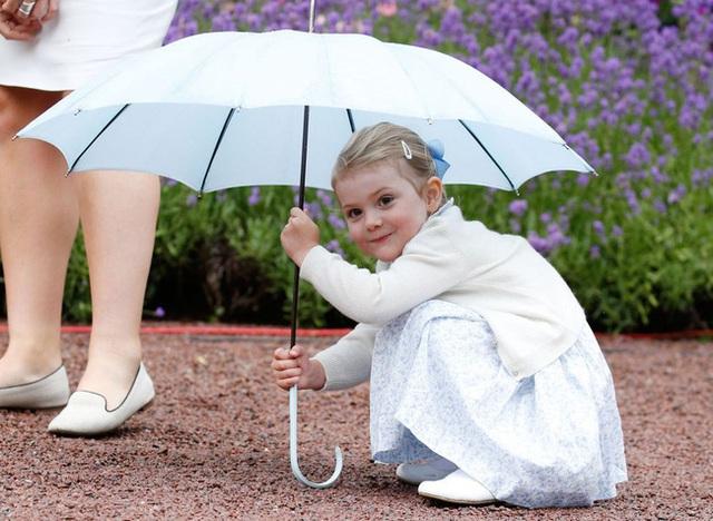 Tiểu công chúa tinh nghịch nổi tiếng của Hoàng gia Thụy Điển gây bất ngờ với vẻ ngoài xinh đẹp trong hình ảnh mới nhất - Ảnh 1.