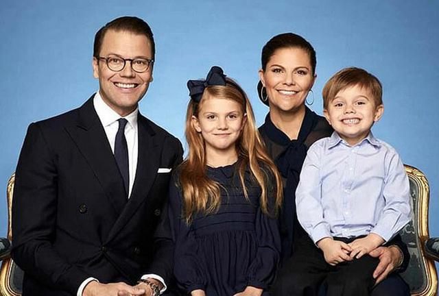 Tiểu công chúa tinh nghịch nổi tiếng của Hoàng gia Thụy Điển gây bất ngờ với vẻ ngoài xinh đẹp trong hình ảnh mới nhất - Ảnh 5.