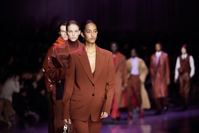 BST gây ấn tượng mạnh tại Milan của ông lớn trong làng thời trang xa xỉ - Ảnh 1.