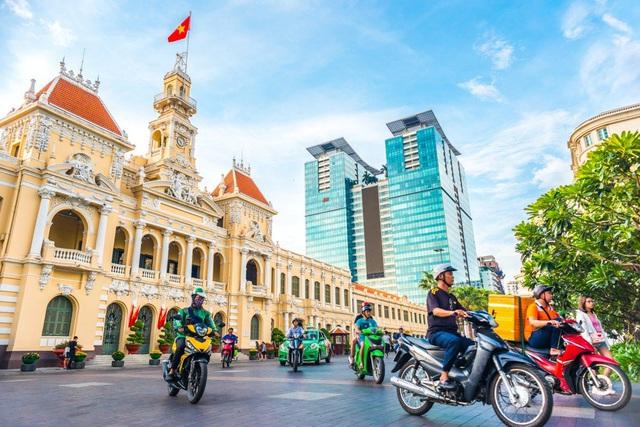 Báo Trung Quốc: Tại sao Việt Nam thu hút các thương hiệu từ xa xỉ đến bình dân như Louis Vuitton, Uniqlo, Zara...? - Ảnh 1.