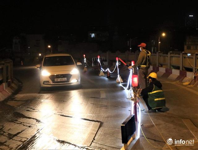 Công nhân xuyên đêm sửa chữa khe co giãn, bù lún mặt cầu Vĩnh Tuy - Ảnh 1.