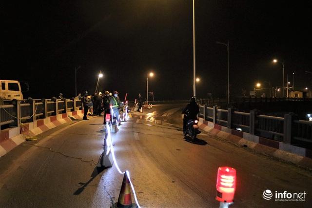 Công nhân xuyên đêm sửa chữa khe co giãn, bù lún mặt cầu Vĩnh Tuy - Ảnh 2.