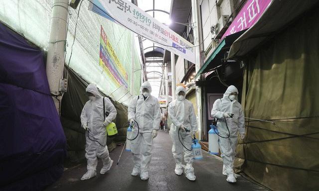 Covid-19 ở Hàn Quốc: Vì sao số ca nhiễm từ vài chục lên gần 1.200 trong vài ngày? - Ảnh 2.