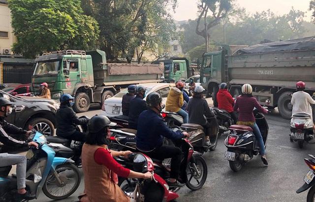 Xe vua đeo logo náo loạn phố cấm trung tâm Hà Nội giữa ban ngày - Ảnh 1.