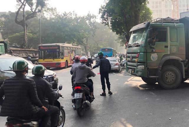 Xe vua đeo logo náo loạn phố cấm trung tâm Hà Nội giữa ban ngày - Ảnh 2.