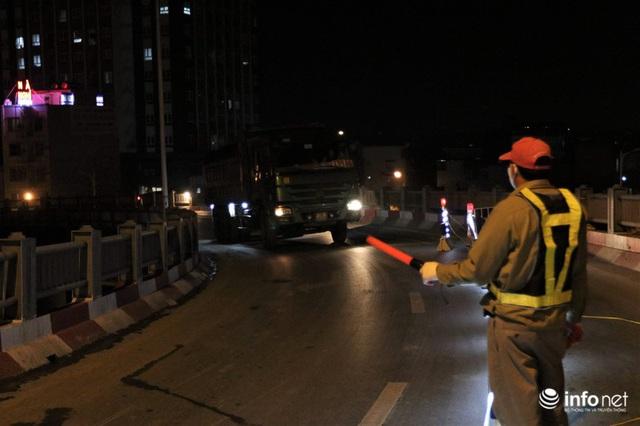 Công nhân xuyên đêm sửa chữa khe co giãn, bù lún mặt cầu Vĩnh Tuy - Ảnh 3.