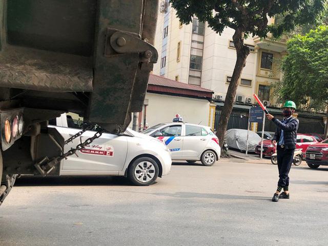 Xe vua đeo logo náo loạn phố cấm trung tâm Hà Nội giữa ban ngày - Ảnh 3.