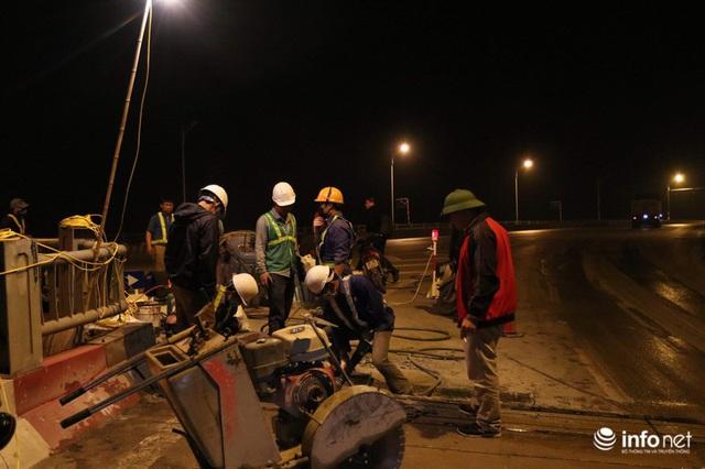 Công nhân xuyên đêm sửa chữa khe co giãn, bù lún mặt cầu Vĩnh Tuy - Ảnh 4.