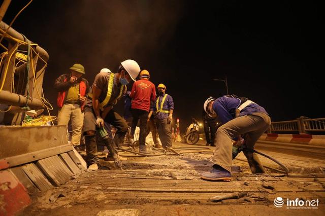 Công nhân xuyên đêm sửa chữa khe co giãn, bù lún mặt cầu Vĩnh Tuy - Ảnh 5.