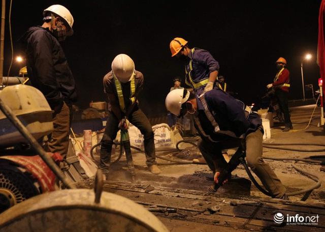Công nhân xuyên đêm sửa chữa khe co giãn, bù lún mặt cầu Vĩnh Tuy - Ảnh 6.