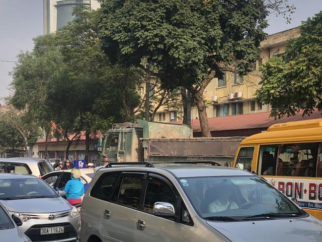 Xe vua đeo logo náo loạn phố cấm trung tâm Hà Nội giữa ban ngày - Ảnh 6.