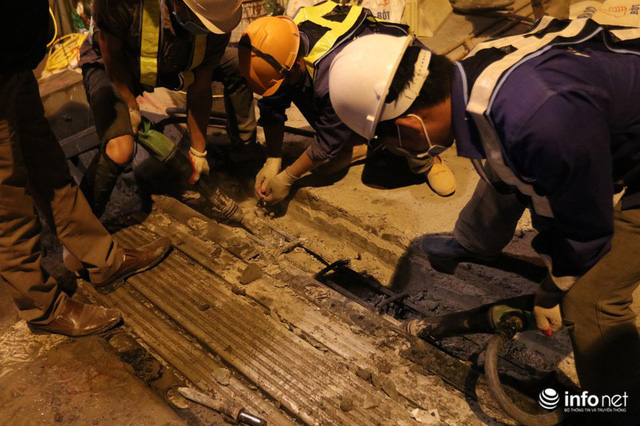 Công nhân xuyên đêm sửa chữa khe co giãn, bù lún mặt cầu Vĩnh Tuy - Ảnh 7.