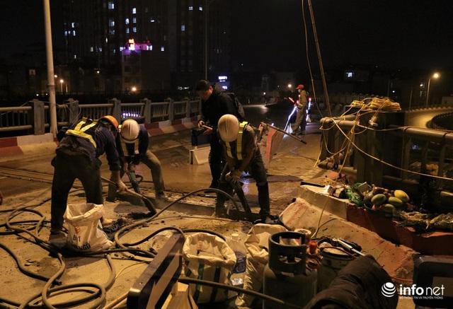 Công nhân xuyên đêm sửa chữa khe co giãn, bù lún mặt cầu Vĩnh Tuy - Ảnh 8.
