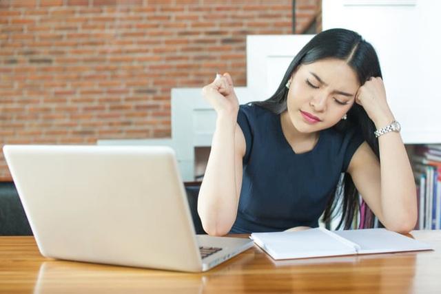 11 dấu hiệu chứng tỏ bạn đau khổ vì công việc: Điều 1 và 3 khiến số đông không khỏi bất ngờ, nếu đủ cả thì nên nghiêm túc nghĩ về chuyện nghỉ việc - Ảnh 1.