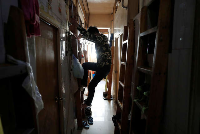 Không thể ra ngoài, hàng nghìn người nghèo Hong Kong nhốt mình trong nhà quan tài từ sáng đến đêm vì sợ virus corona - Ảnh 1.