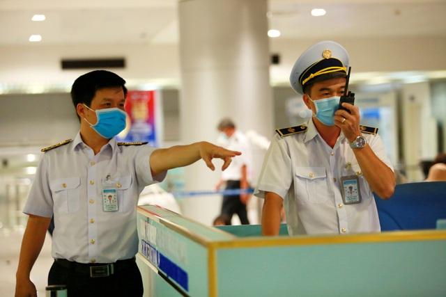 QUY TRÌNH NGHIÊM NGẶT giúp phát hiện 3 người về từ Hàn Quốc có dấu hiệu sốt, được cách ly lập tức khi xuống Tân Sơn Nhất - Ảnh 2.
