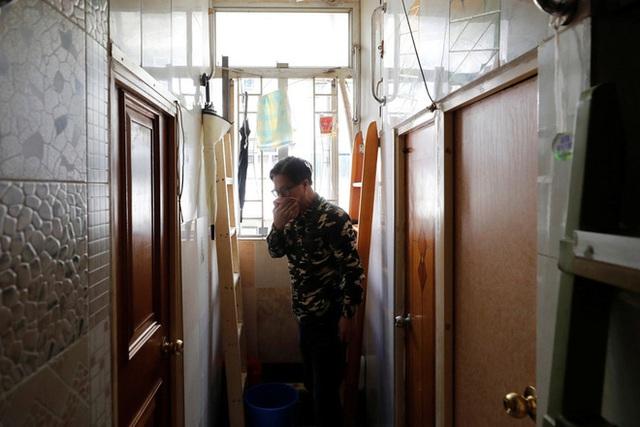 Không thể ra ngoài, hàng nghìn người nghèo Hong Kong nhốt mình trong nhà quan tài từ sáng đến đêm vì sợ virus corona - Ảnh 6.