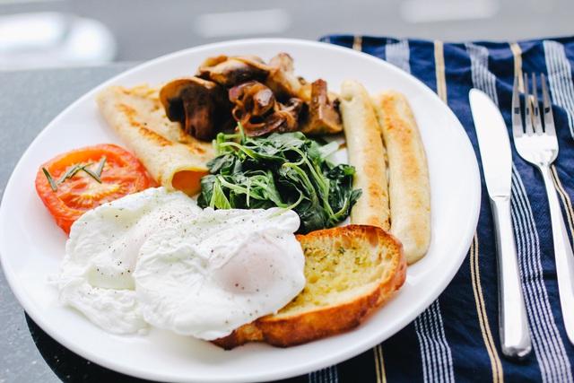 Ăn sáng lúc nào để vừa hợp lý về thời gian vừa mang lại nhiều lợi ích cho sức khỏe? - Ảnh 1.