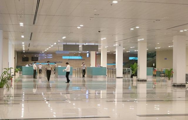 Đón chuyến bay về từ Hàn Quốc, Cần Thơ cách ly 9 người ngay tại sân bay - Ảnh 1.